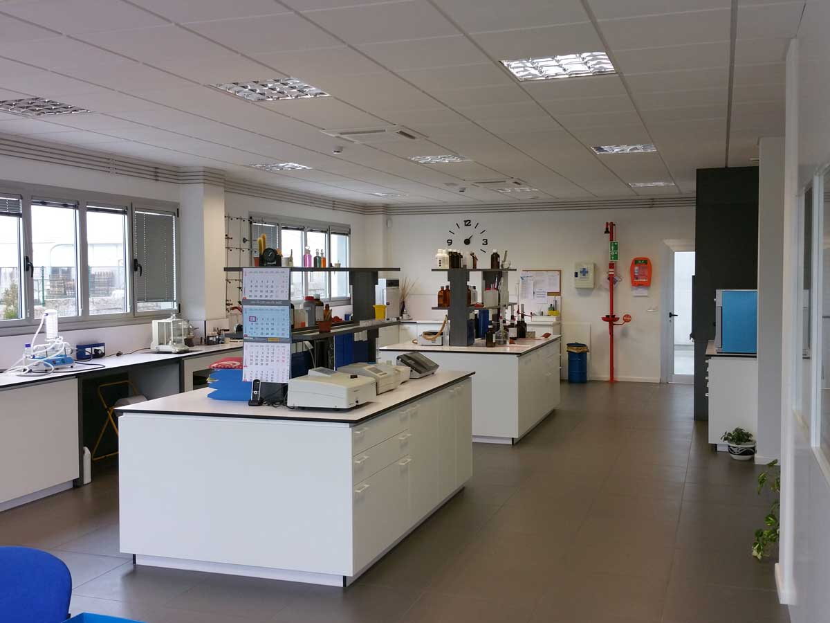 Laboratorios, instalaciones de AFAMSA, transformación de aceites de pescado y grasa de palma